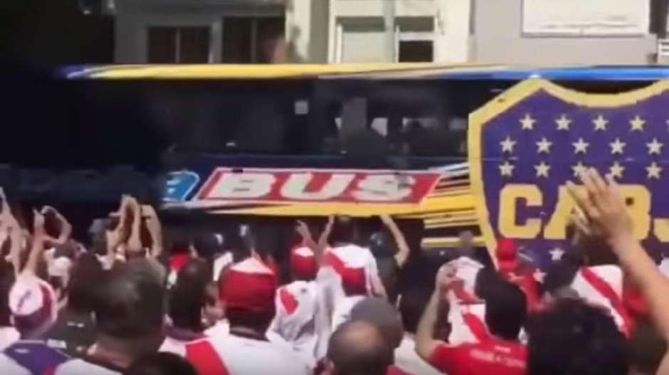 """Момент от атаката на агитката на """"Ривър Плейт"""" срещу автобуса на """"Бока Хуниорс"""". Снимка: Mundo Deportivo"""