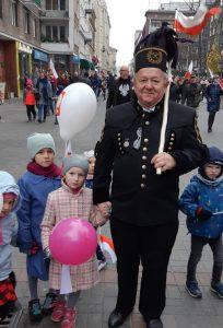 Дядо е довел на шествието и внуците си. Снимка: El Pais