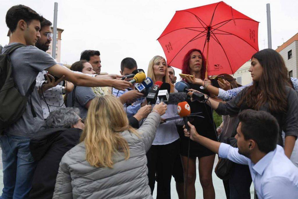 """Конча Борел (русата в центъра) е председателка на новия синдикат на сексуалните труженички """"Други"""", но и преподавателка в школата за проститутки Aprosex. Съратничка ѝ е и Сабрина Санчес (под червения чадър). Снимка: El Pais"""