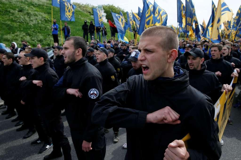 """Членове на """"Азов"""" в една от честите си демонстрации по улиците. Снимка: Ройтерс"""