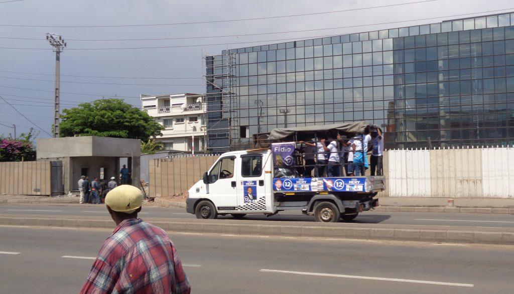 Камион с агитатори за Ери Радзаунаримампианина. Снимка: Къдринка Къдринова