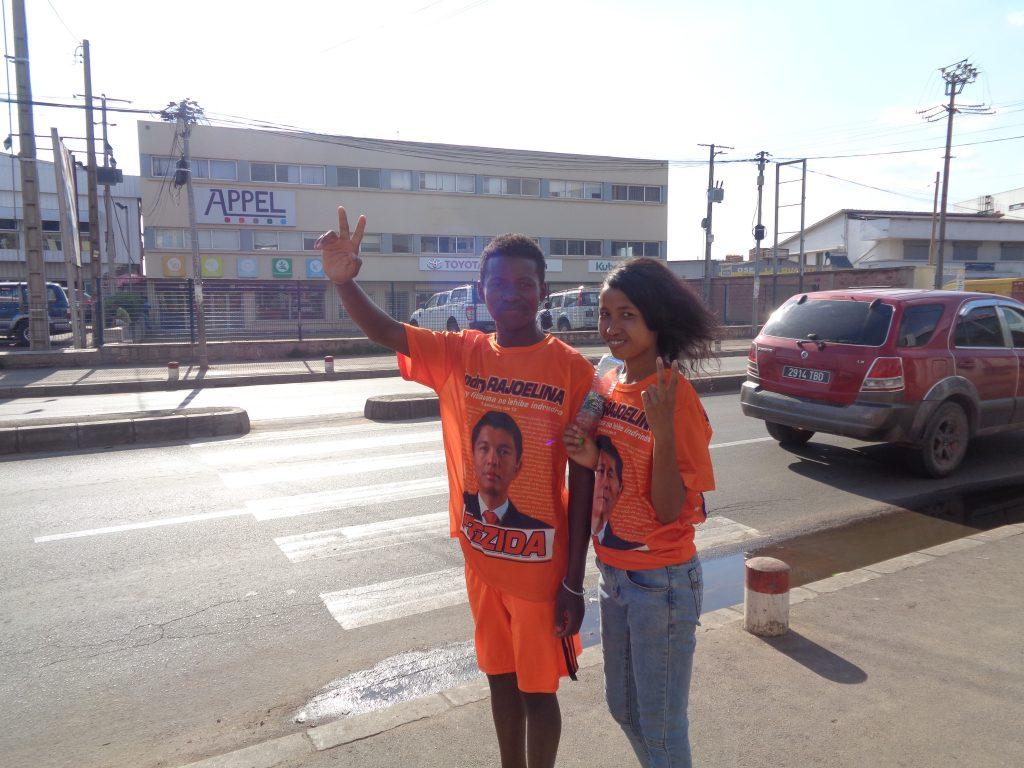 Двойка млади привърженици на Андри Ражоелина. Момчето и момичето видимо са от двете различни потекла на местните жители–африканското и азиатското. Снимка: Къдринка Къдринова