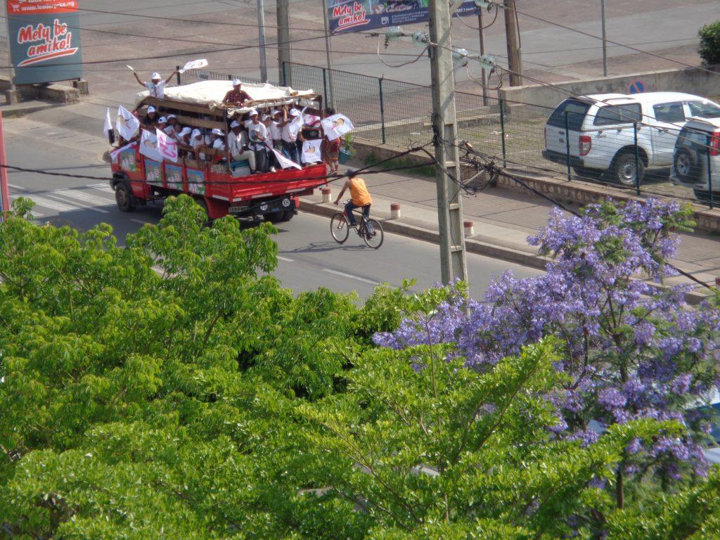 Фенове на Марк Раваломанана отиват на негов митинг. Снимка: Къдринка Къдринова