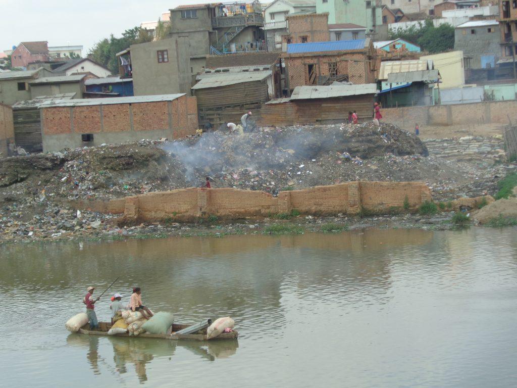 Подпалено сметище пуши на брега на един от каналите. Снимка: Къдринка Къдринова