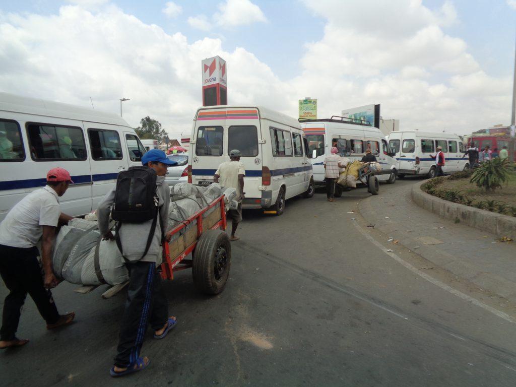 Ето така се теглят и бутат рикшите насред трафика, край маршрутките. Снимка: Къдринка Къдринова
