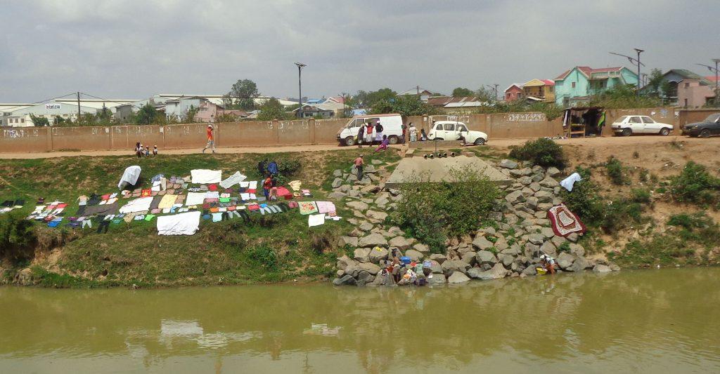 Ето как се перат дрехи в каналите, а после се сушат на брега. Снимка: Къдринка Къдринова