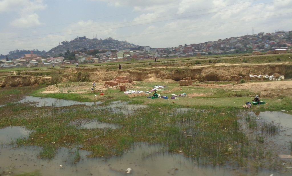 И тук перат–и не им пука нито за мръсотията във водата, нито за бившето величие на кралския дворец там далеч, на хълма. Снимка: Къдринка Къдринова