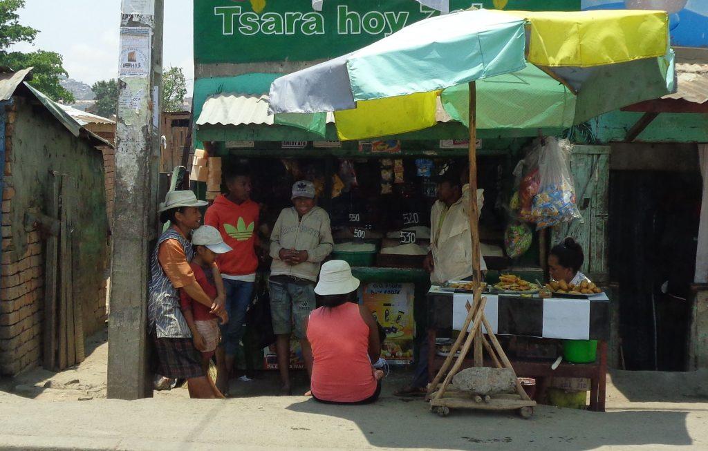 Уличната сергия е и място за общуване. Снимка: Къдринка Къдринова