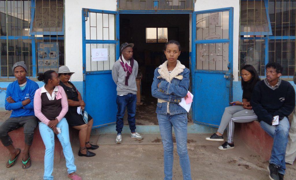 Застъпници на различните кандидати очакват откриването на една от изборните секции в деня на гласуването. Снимка: Къдринка Къдринова