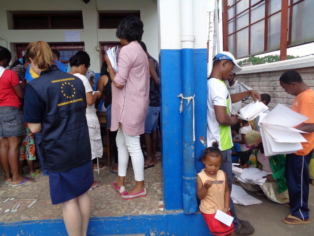 Европейска наблюдателка край избиратели, които не могат да се намерят в избирателните списъци в секция в начално училище в Антананариво, Мадагаскар. Снимка: Къдринка Къдринова