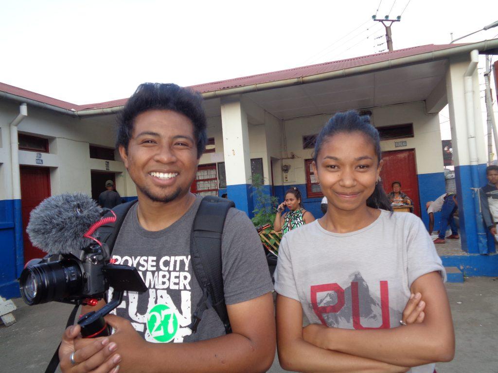 Младите колеги от местна интернет медия, които ни помогнаха да се ориентираме за какво е караницата. Снимка: Къдринка Къдринова