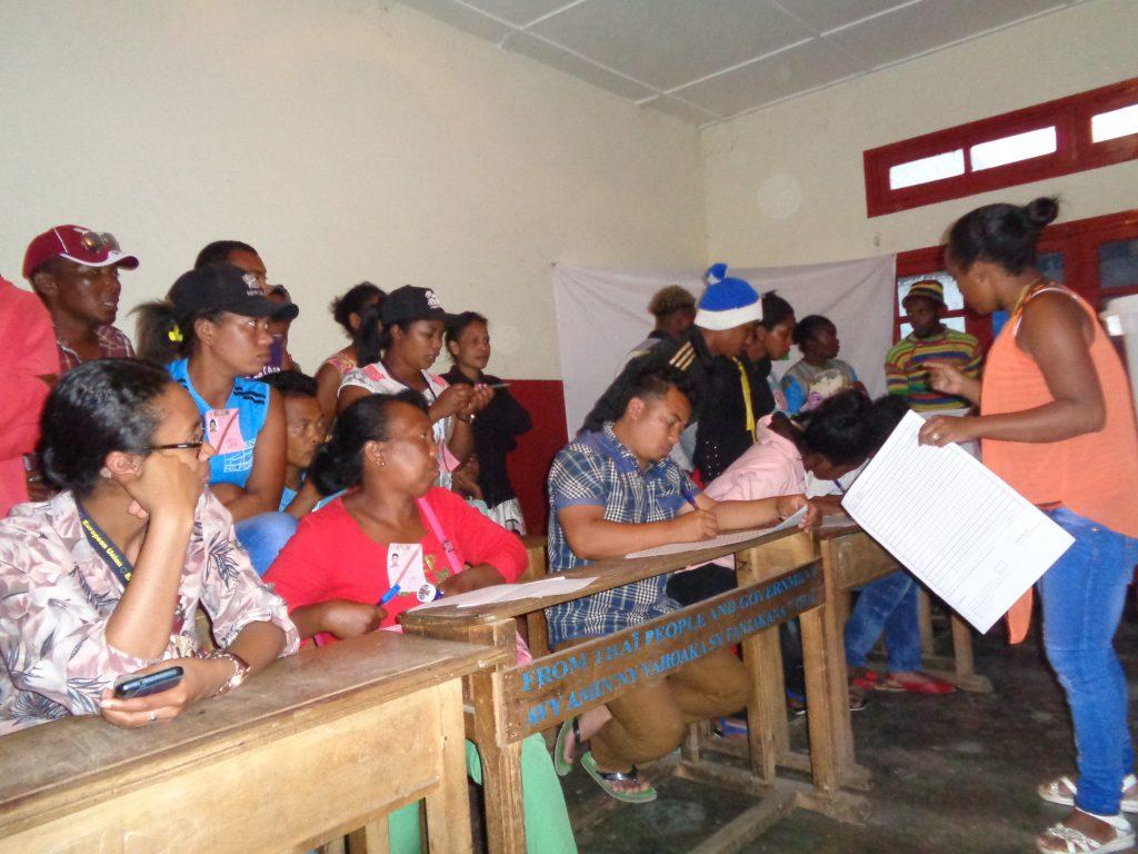 Ръководителката на изборната секция отговаря на всеки въпрос на представителите на различните кандидати. Снимка: Къдринка Къдринова