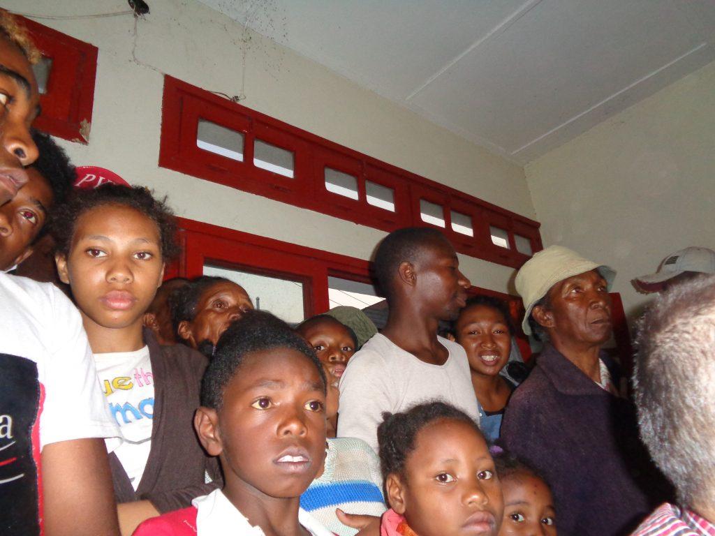 В очакване на преброяването на гласовете–в една от изборните секции в Антананариво. Снимка: Къдринка Къдринова