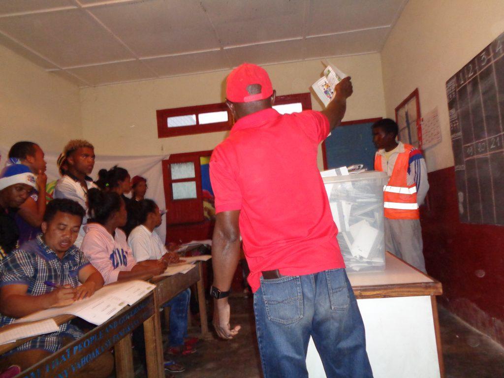 След края на изборния ден урните се отварят и гласовете се броят публично. Всеки може да присъства. Снимка: Къдринка Къдринова