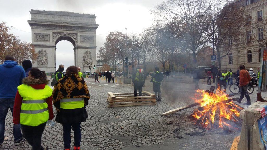 Протестиращи имаше и досами Триумфалната арка. Снимка: Туитър