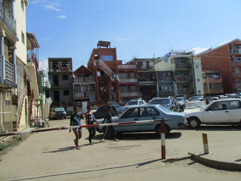 Съвсем приличен жилищен квартал в един от по-високите райони на Антананариво. Снимка: Къдринка Къдринова