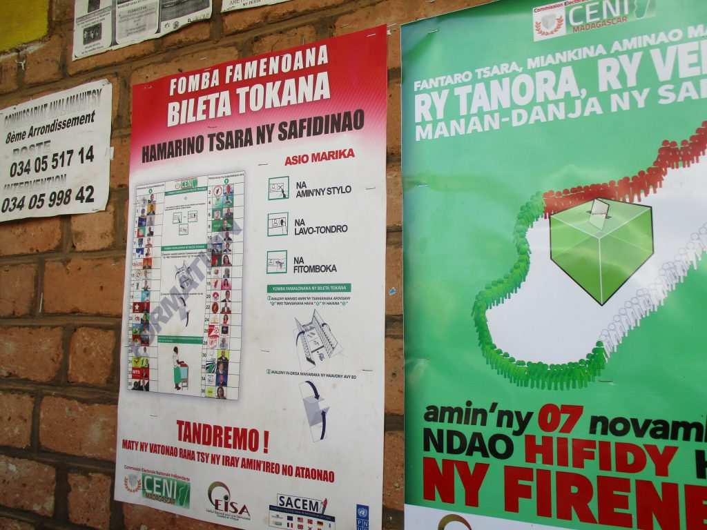 Предизборни упътвания за гласуването, включително образец на огромната цветна бюлетина с портретите и номерата на всеки от кандидатите (вляво). Снимка: Къдринка Къдринова