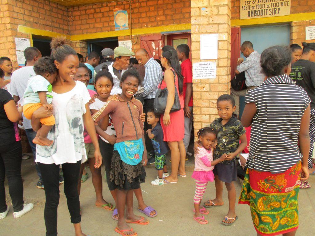 Усмивки от опашката за регистриране на избиратели в предизборния ден. Снимка: Къдринка Къдринова