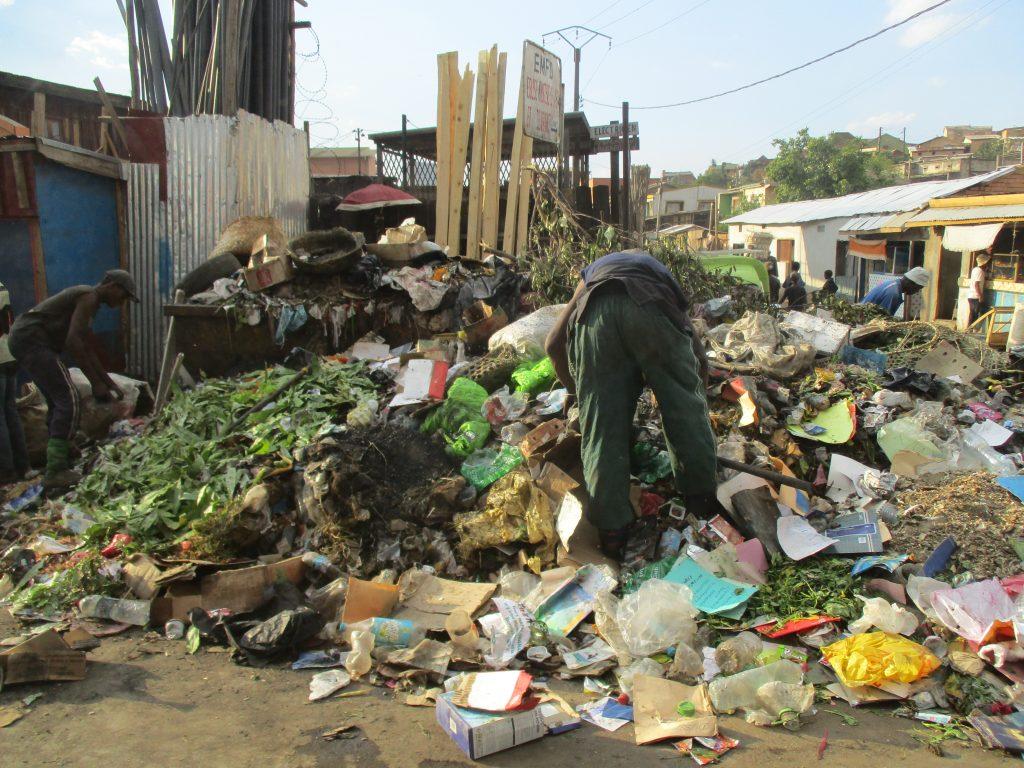 В купищата отпадъци из града ровят хора. Снимка: Къдринка Къдринова
