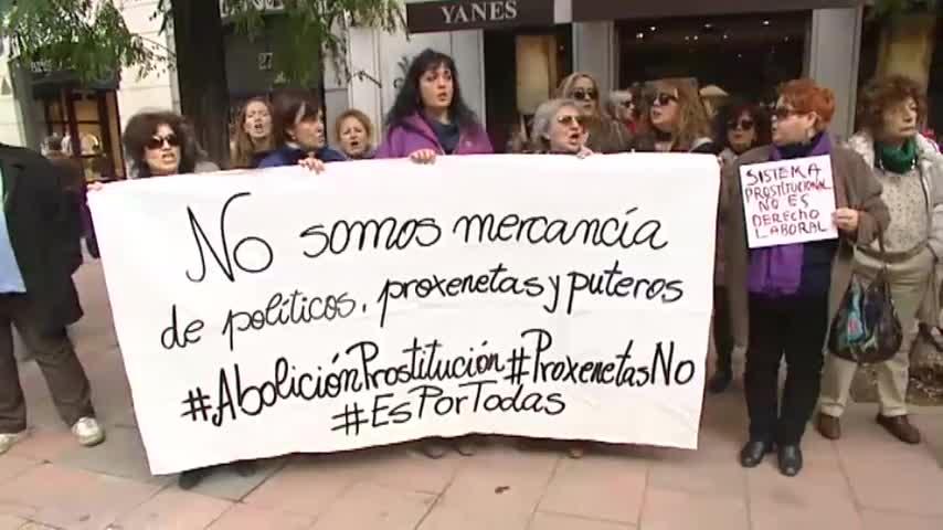 Феминистка демонстрация пред залата на съда с искане за забрана на проституцията и сводничеството. Снима: El Pais