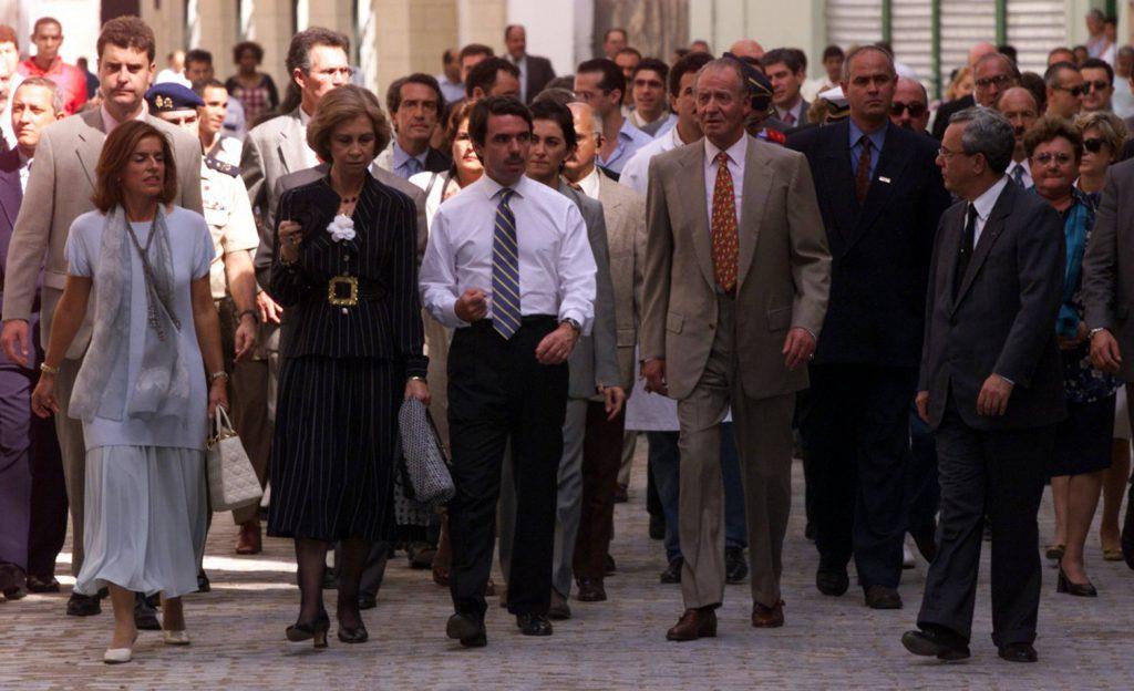 Момент от разходката на крал Хуан Карлос и на Хосе Мария Аснар из Старата Хавана през 1999 г. Аснар драстично нарушил кралския протокол, махайки си сакото. Снимка: El Pais