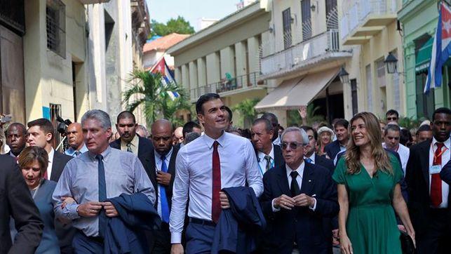 Педро Санчес и Мигел Диас-Канел в компанията на съпругите си Бегония Гомес и Лис Куеста по време на разходката из Старата Хавана. Между Санчес и женаа му е Еусебио Леал, Историкът на Хавана, който разказваше на гостите за града. Снимка: EFE