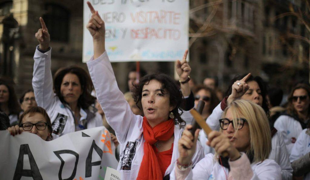 Участници в шествието на стачкуващите медици из центъра на Барселона. Снимка: El Pais