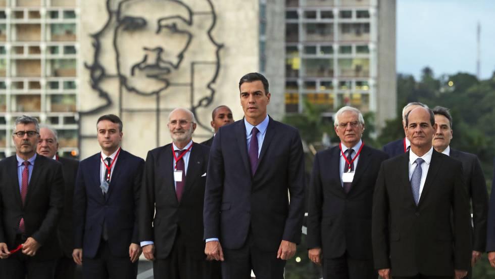 Испанската делегация начело с Педро Санчес поднася венец пред паметника на Хосе Марти на Площада на революцията. Отзад се вижда известната конструкция с портрета на Че Гевара. Снимка: EFE