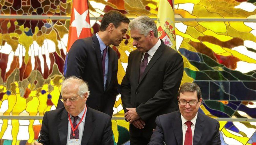 Педро Санчес и Мигел Диас-Канел разговарят, докато министрите им на външните работи Жозеп Борел и Бруно Родргес подписват меморандума за редовните политически консултации. Снимка: EFE