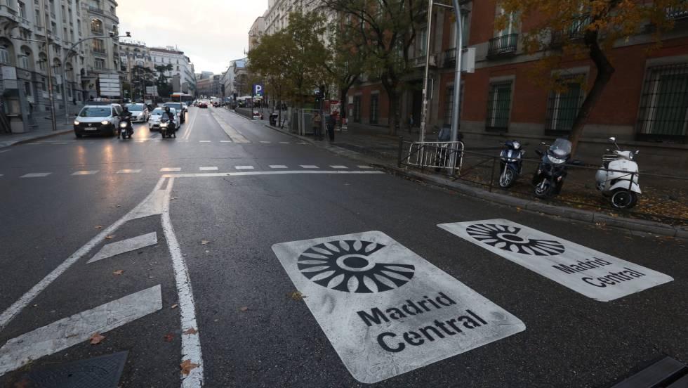 На пътното платно също има маркировка, която предупреждава гражданите, че влизат в забранена за замърсяващи автомобили зона. Снимка: El Pais