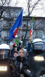 Участниците в проевропейската контрадемонстрация бяха охранявани от подсилени полицейски кордони. Снимка: El Pais