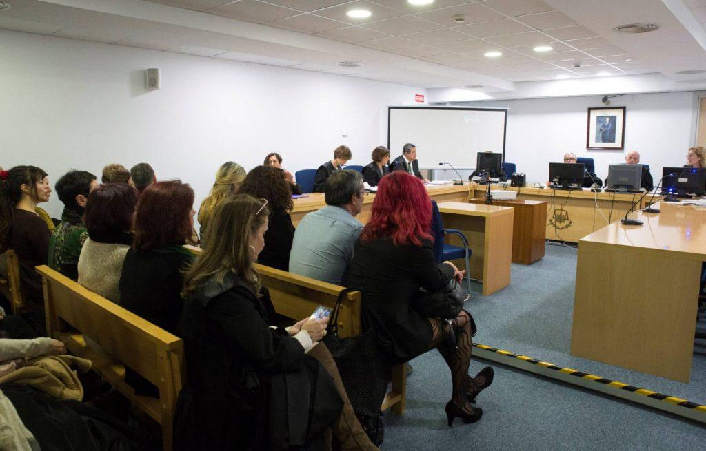 """В залата на съда в Мадрид по време на гледането на делото за статута на Организацията на сексуалните труженички """"Otras"""". Снимка: EFE"""