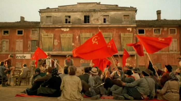 """Масовката в """"20-ти век"""" (""""1900"""") изобилства от червени знамена. Снимка: cinema italiano"""