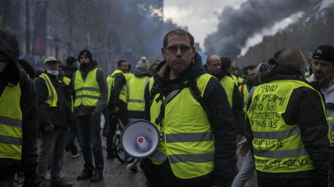 """Едва когато полицията употреби сълзотворен газ и водни оръдия, демонстрантите на """"Шанз Елизе"""" осъзнаха, че без барикади няма да мине. Снимка: EFE"""