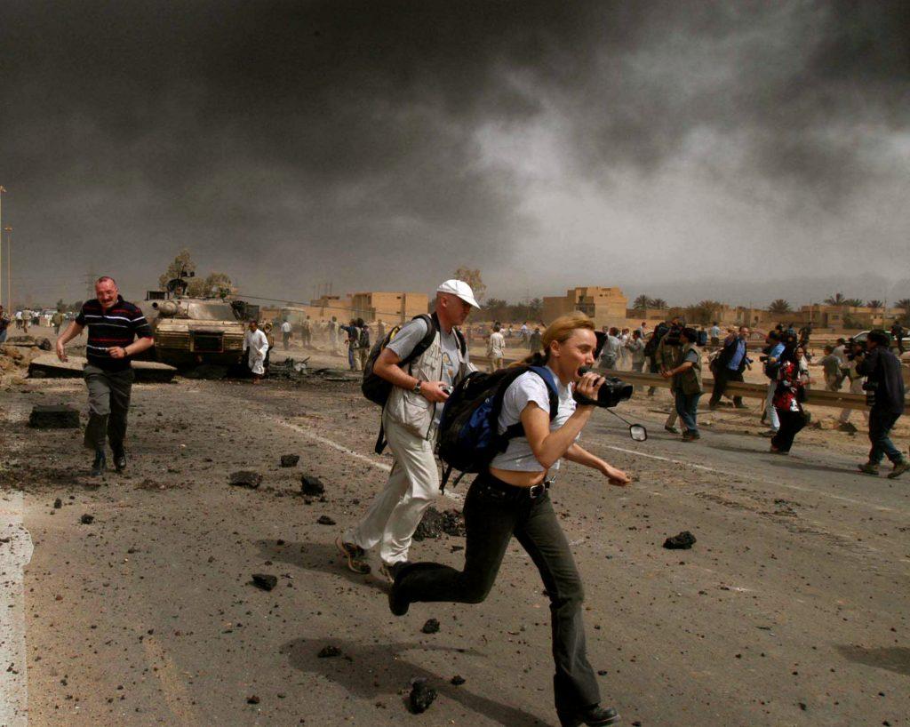 Елена Йончева по време на обстрел в Ирак през 2003 г. Снимка: личен архив на журналистката