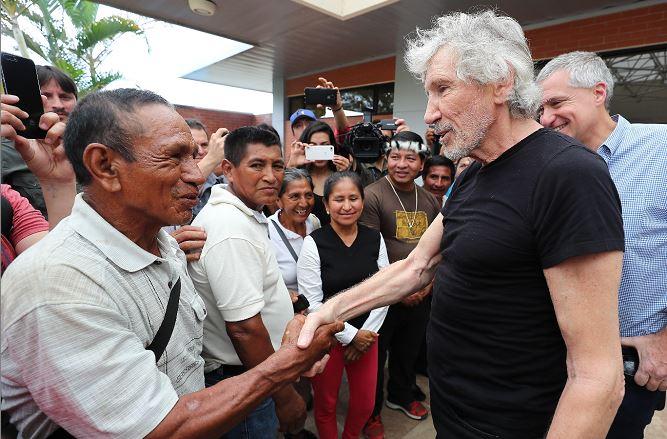 Роджър Уотърс с жители на поразени от замърсяването зони. Снимка: EFE