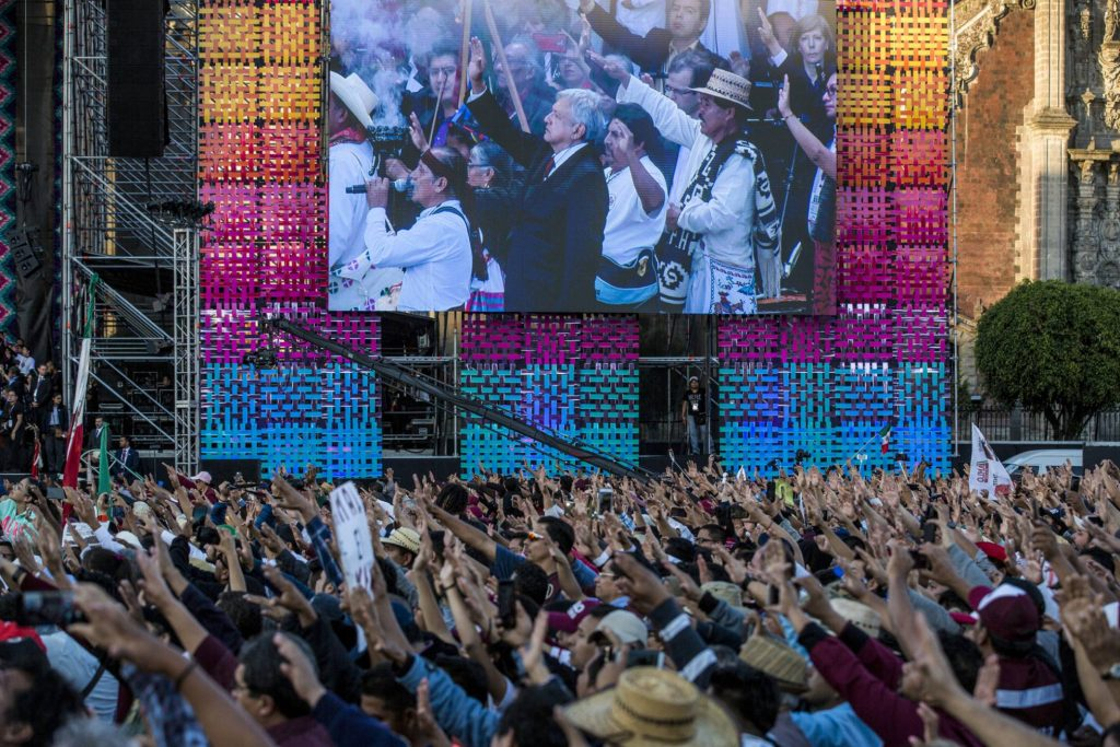 Публиката на площада приветства възторжено новия президент. Снимка: El Pais