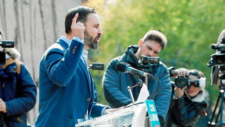 Лидерът на ултрадясната партия VOX Сантяго Абаскал държи поредна реч. Снимка: EFE