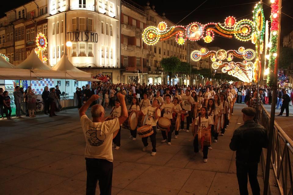 Пауло Тожейра (в гръб) дирижира фестивално изпълнение на свoя младежки оркестър Tocandar