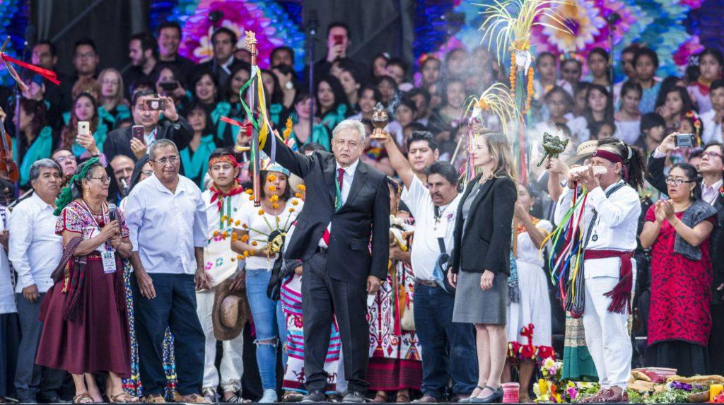 Представители на индиански и селски общности връчиха на новия президент и Жезъла на управлението. Снимка: El Pais