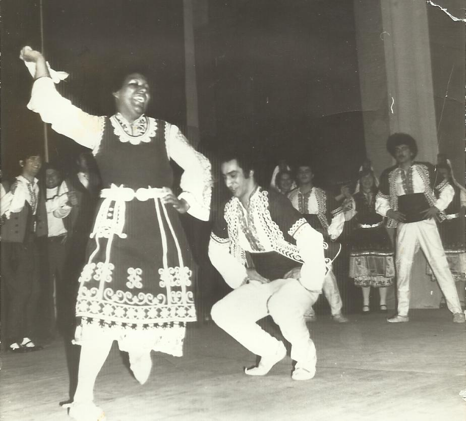 Пауло Тожейра танцува като студент България ръченица заедно със студентка от Доминиканската република.