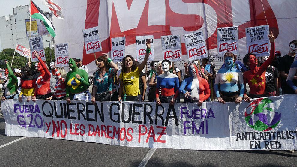 """""""Вън Г-20. Искат война и ниe няма да ги оставим на мира. Вън МВФ"""". Това пише на челния плакат на тези демонстранти, излезли на протестно шествие из центъра на Буенос Айрес в деня на откриването на форума. Снимка: Resumen Latinoamericano"""