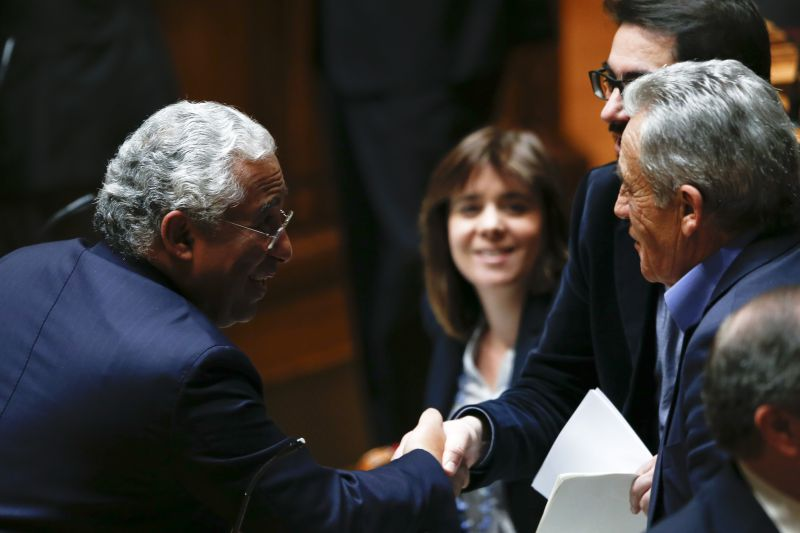 Антонио Коща (вляво) с лидерите на комунистите, зелените и Левия блок в парламента. Снимка: 24.sapo