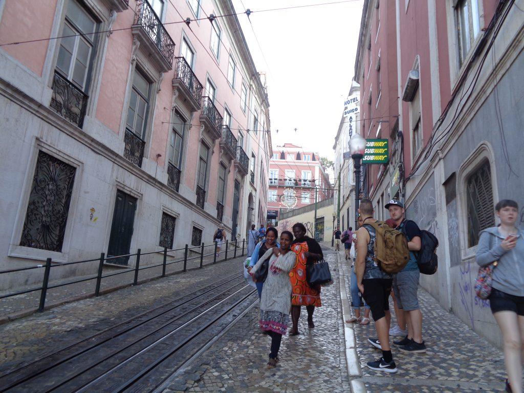 """Докато туристи чакат релсовия подемник """"Глория"""" на една от стръмните лисабонски улици, по нея слизат чистачки, приключили смяната си в един от хотелите по съседство. Снимка: Къдринка Къдринова"""