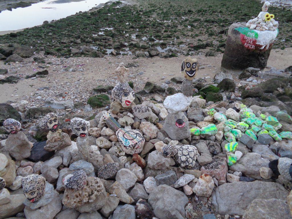 Самодейно изрисувани камъни с ликовете на народни любимци–от Амалия Родригес до папа Франциск–са накацали по брега на Тежу. Снимка: Къдринка Къдринова
