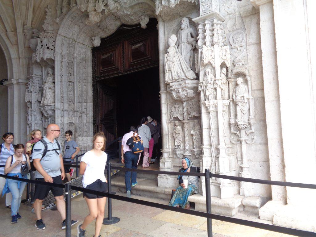 """Входът в църквата на манастира """"Жеронимуш"""". Върволицата туристи не спира край просякинята. Снимка: Къдринка Къдринова"""
