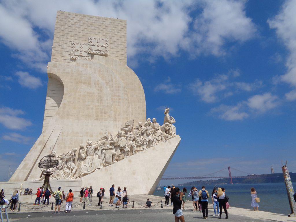 """Паметникът на мореплавателите. Зад него в далечината се вижда и мостът """"25 април"""". Снимка: Къдринка Къдринова"""