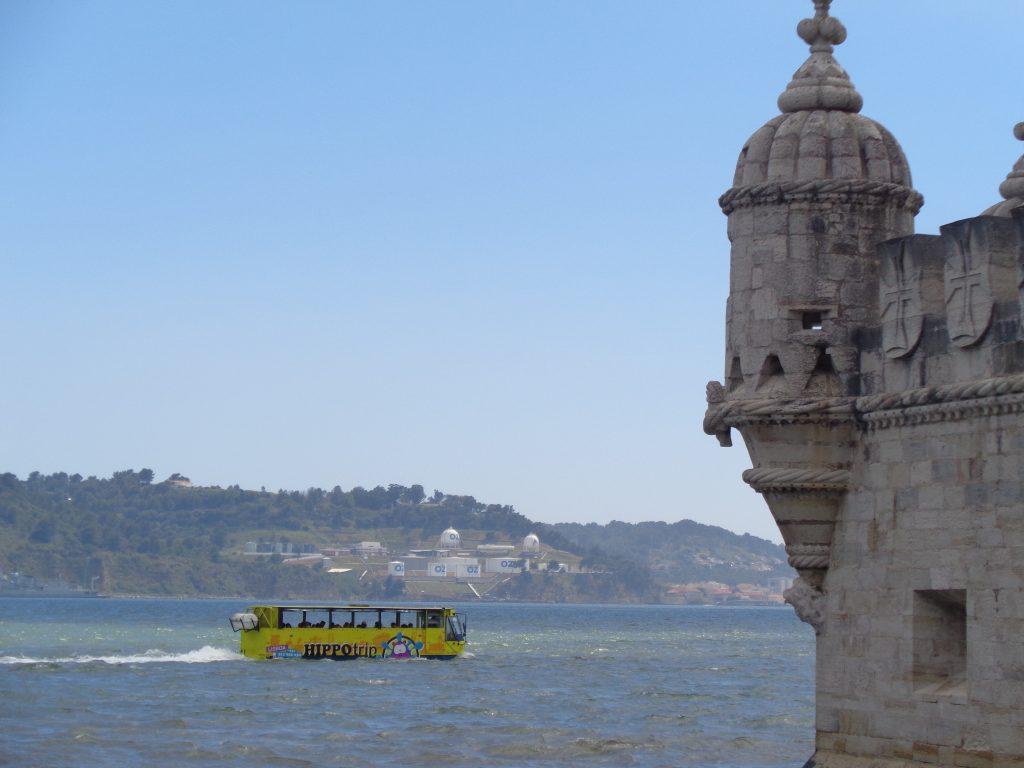 """Корабчета, маскирани като автобуси, кръстосват водите на Тежу около Кулата """"Белем"""". Снимка: Къдринка Къдринова"""