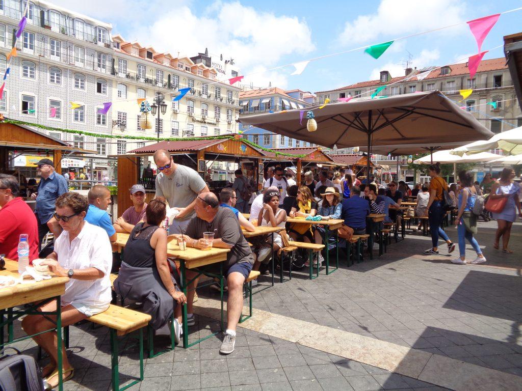 """Пазарчето на площад """"Фигейра"""" предлага евтино и приятно хапване и пийване. Снимка: Къдринка Къдринова"""