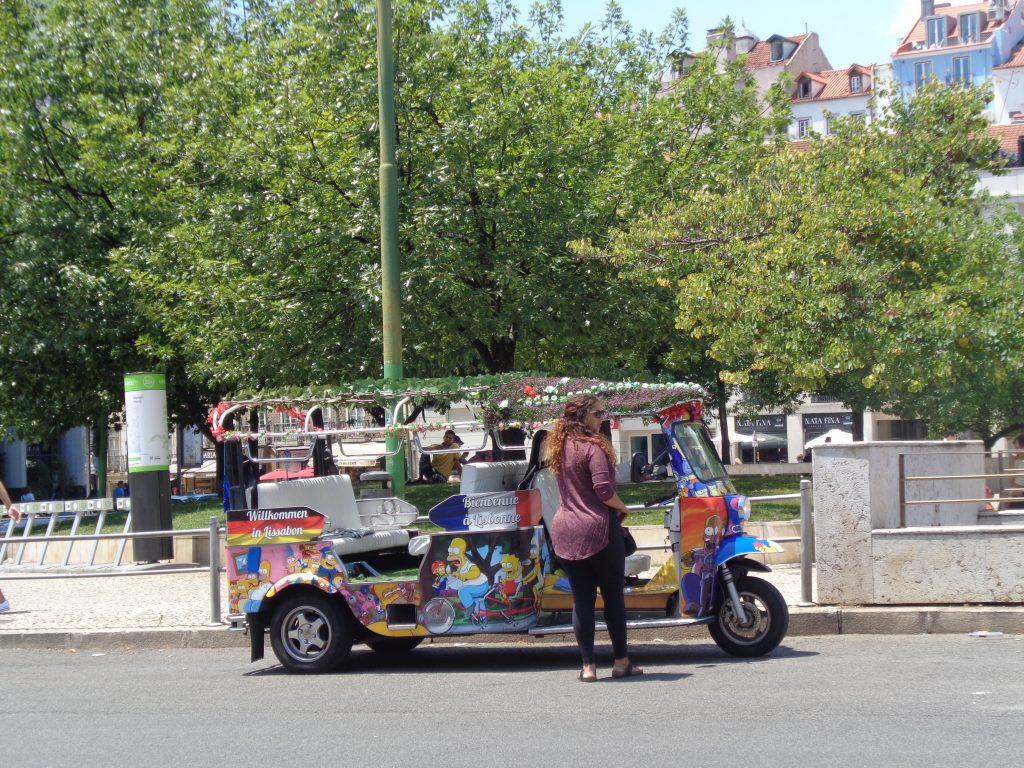 """Пъстър """"тук-тук"""" и шофьорката му на площад """"Мартим Монис"""". Снимка: Къдринка Къдринова"""
